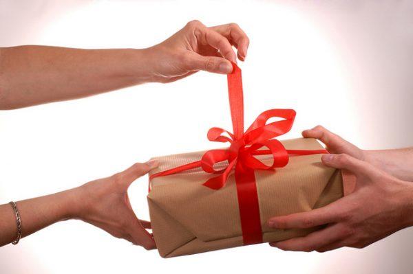Подарки мужчинам на 23 февраля по знаку Зодиака: подсказки гороскопа